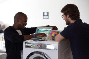 Die Hackathon-Teilnehmer Isaack Rasmussen (l.) und Andreas C. Osowski (r.)., Foto: BSH Group, alex-fuchs.com